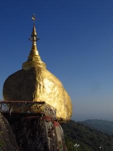 Le bouddhisme a une importance capital dans la vie des birmans. La golden rock tient en place par un seul cheveux de Bouddha et il est strictement interdit aux femmes de s'en approcher.